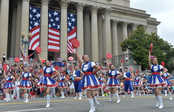 (150704) -- WASHINGTON D.C., julio 4, 2015 (Xinhua) -- Residentes participan durante el desfile del Día de la Independencia, en Washington D.C., Estados Unidos de América, el 4 de julio de 2015. Estados Unidos de América conmemora el 239 aniversario del Día de la Independencia el sábado. (Xinhua/Bao Dandan) (vf) (fnc)