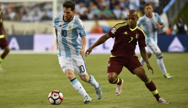 Argentina's Lionel Messi and Venezuela's Yonathan Del Valle vie for the ball during the Copa America Centenario football quarterfinal match in Foxborough, Massachusetts, United States, on June 18, 2016.  / AFP / Nelson ALMEIDA