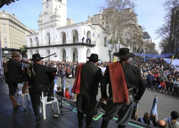 zzzznacg2 NOTICIAS ARGENTINAS BAIRES, JULIO 8: Miles de personas este mediodia en la Plaza de Mayo de esta capital, al conmemorarce los 200 años de la declaracion de la independencia. FOTO: JUAN VARGASzzzz