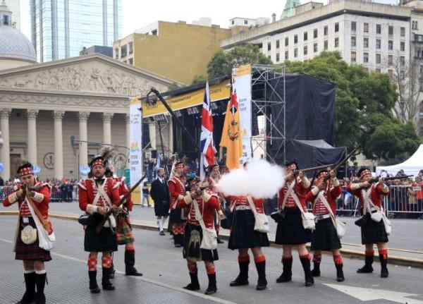 zzzznacg2 NOTICIAS ARGENTINAS BAIRES, JULIO 8: Miles de personas participan en la Plaza de Mayo dela conmemoracion de los 200 años de la declaracion de la independencia. Foto NA: JUAN VARGASzzzz