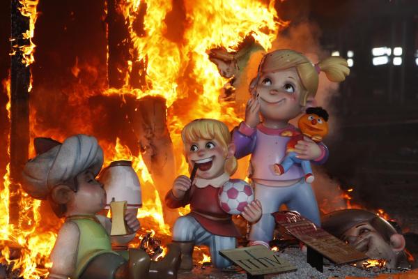 crema de la falla infantil del ayuntamiento