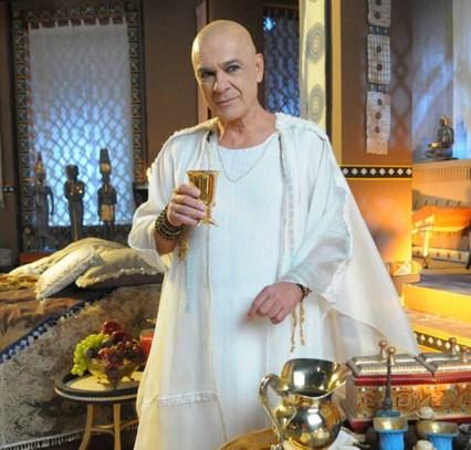 moisesZéCarlos Machado es quien hace del faraon Seti I