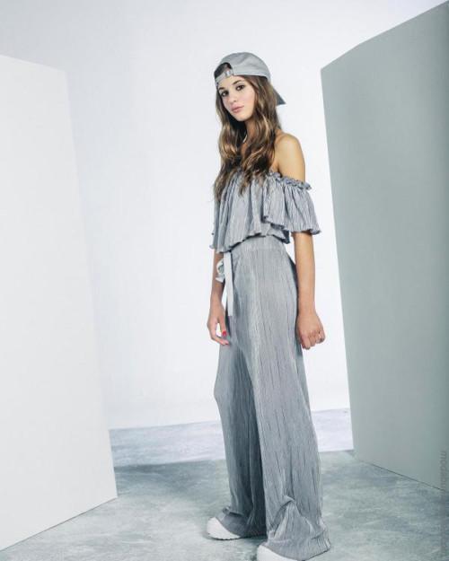 e2ea366df10 Este estilo se centra en ropa mas liviana y en los básicos que son  imprescindibles para nuestro guardarropas. Se destacan las texturas creadas  por los ...